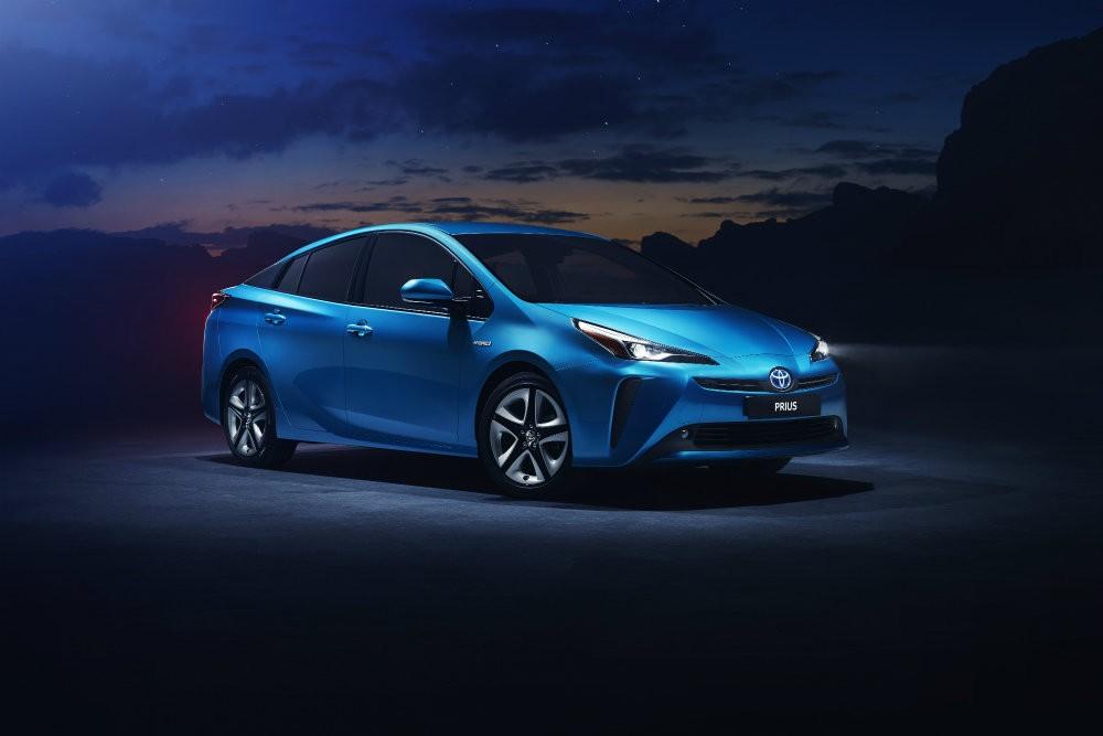 Гибридная модель Prius от Toyota получила полный привод
